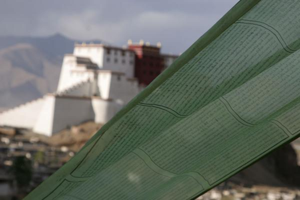 Photo de Prayer flag with the completely renewed fortress in the backgroundShigatse - Chine