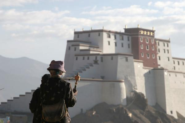 Photo de Pilgrims on Tashilhunpo kora with Shigatse fortress in the backgroundShigatse - Chine