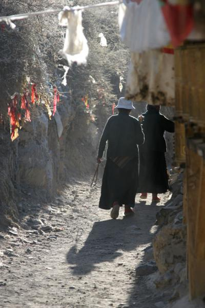 Photo de Pilgrims and prayer wheels on Tashilhunpo koraShigatse - Chine