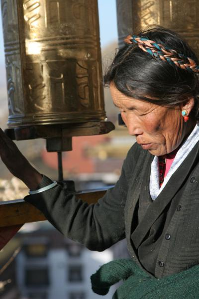 Pilgrim in the early morning making the prayer wheels move | Tashilhunpo kora | China