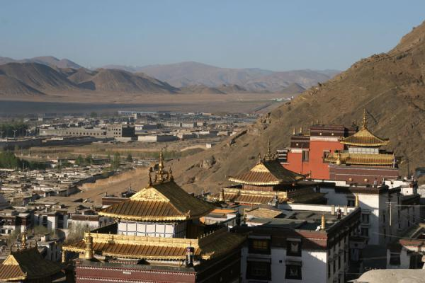 Photo de Tashilhunpo monastery basking in the early morning lightShigatse - Chine