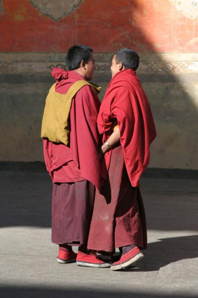 Photo de Two monks of Tashilhunpo monasteryShigatse - Chine
