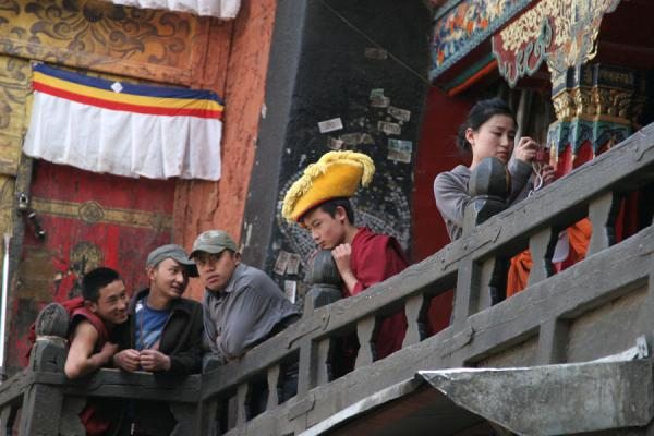 Photo de Looking at the courtyard from the balcony: monk and visitorsShigatse - Chine