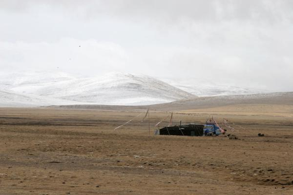 Tibetan nomad tent in the wintery landscape of Qinghai province | Tibetan nomads | China