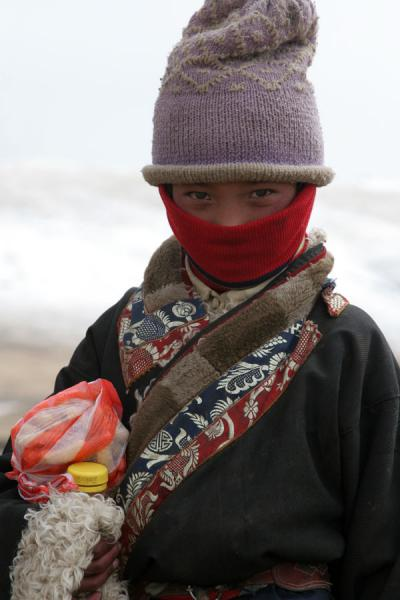 Picture of Tibetan nomads (China): Child of Tibetan nomads on her way home