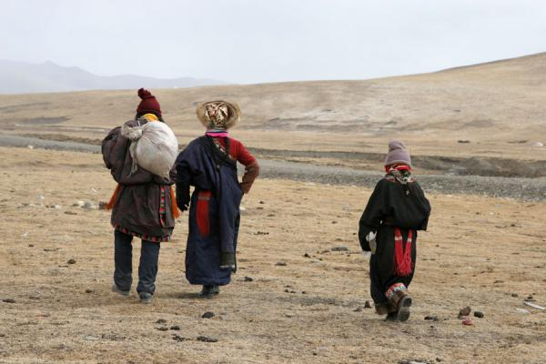 Tibetan nomad family walking home | Tibetaanse nomaden | China