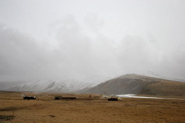 Nomad tents in a cloudy and cold landscape | Tibetan nomads | China