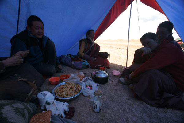 Picture of Tibetan pilgrims (China): Hospitable Tibetan pilgrims in their tent