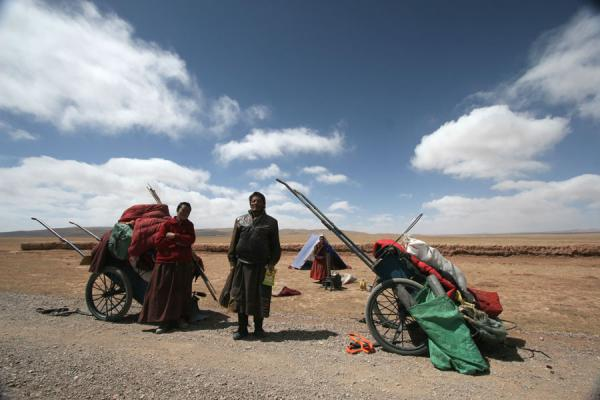 Posing pilgrims: having a break on their way to Lhasa | Tibetan pilgrims | China