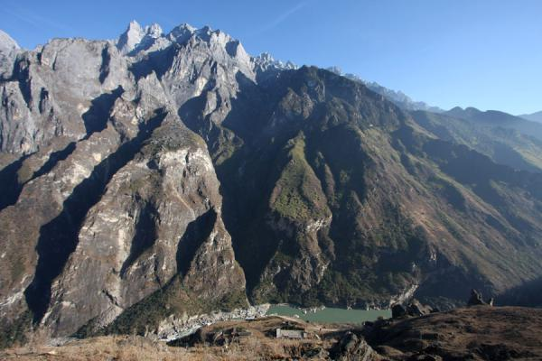 Yangtze River sneaking through the Tiger Leaping Gorge under the Jade Dragon Snow Mountain | Tiger Leaping Gorge | China