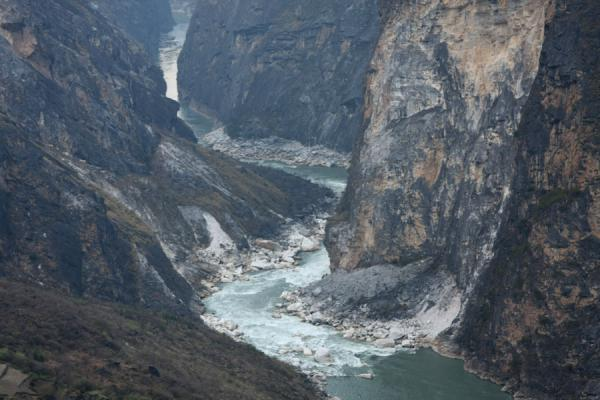 Picture of Narrow Tiger Leaping Gorge: high walls on both sides