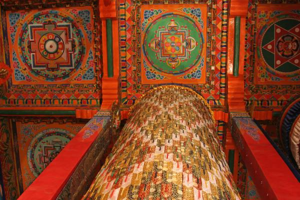Ceiling of the general assembly hall of Trangu monastery with one of the enormous cilinders | Trangu monastery | China