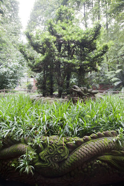 Photo de Pagoda cut out of a shrubbery in the park of the monasteryChengdu - Chine