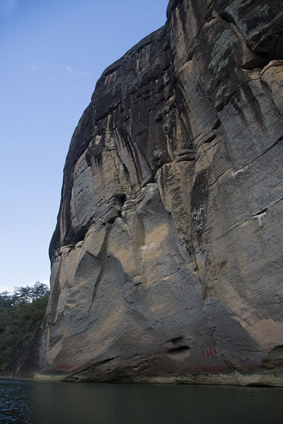 Photo de Rocky cliff rising straight up from Jiuqu RiverWuyishan - Chine