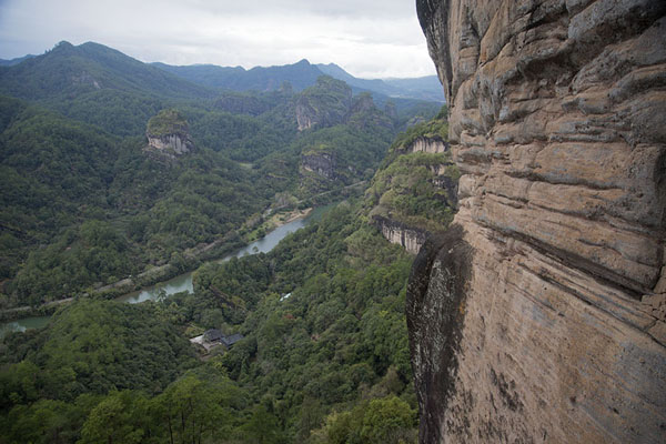 Photo de View from the steep cliff of Dawang or Great King Peak,Wuyishan - Chine
