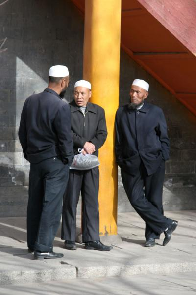 Chatting Muslims in the afternoon sun at the Dongguan Mosque | Xining Mosque | China