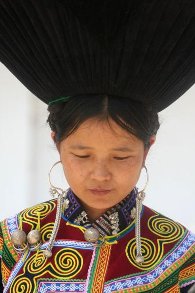 Picture of Yi women (China): Yi woman with colourful dress and black hat