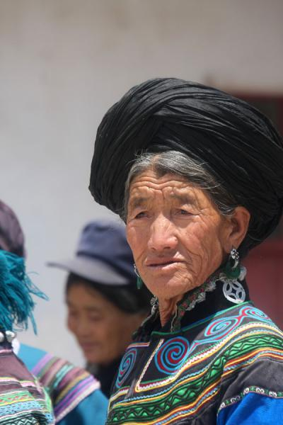 Foto van Old Yi woman with typical turbanPuge - China