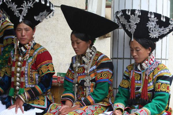 Foto van Yi women in their brilliant costumePuge - China