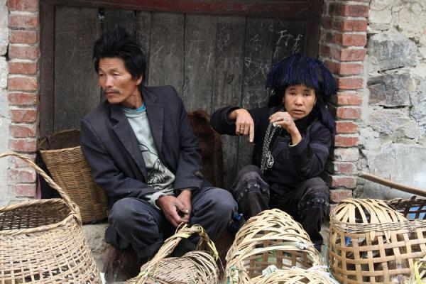 Foto van Hani couple selling poultry in baskets on the marketYuanyang - China
