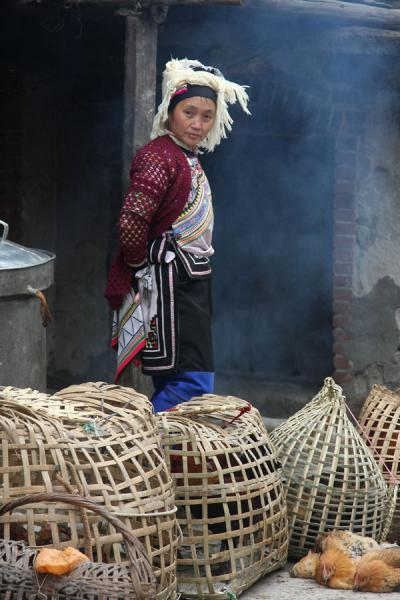 Foto van Woman selling poultry on the marketYuanyang - China