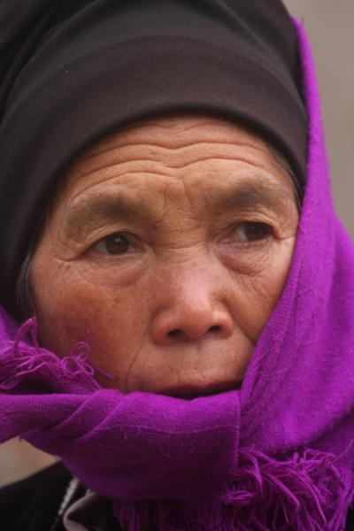 Foto van Wrapped in purple: Hani woman on the marketYuanyang - China