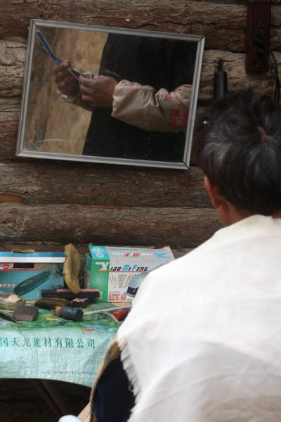 At the hairdresser on the market | Personas del mercado en Yuanyang | China