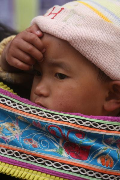 Foto van Ethnic baby on the marketYuanyang - China