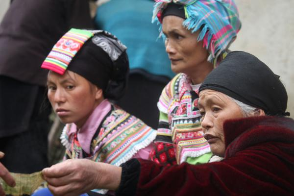 Picture of Yuanyang market people (China): Ethnic woman giving change on the market