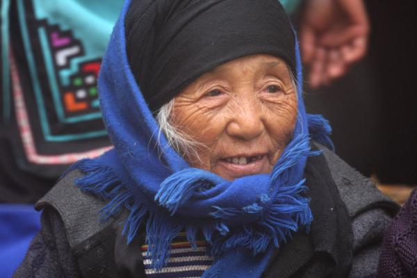 Foto van Old Hani woman on the marketYuanyang - China