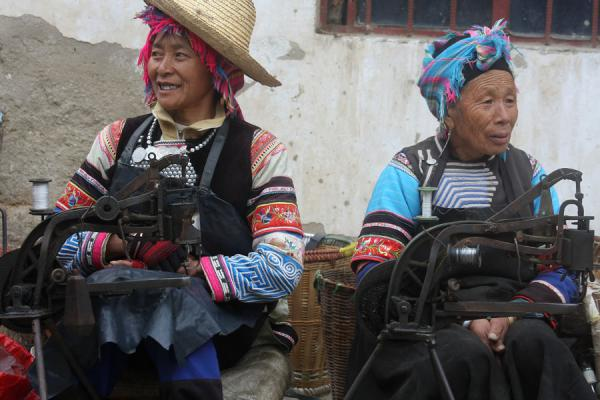 Women sewing on the market | Personas del mercado en Yuanyang | China