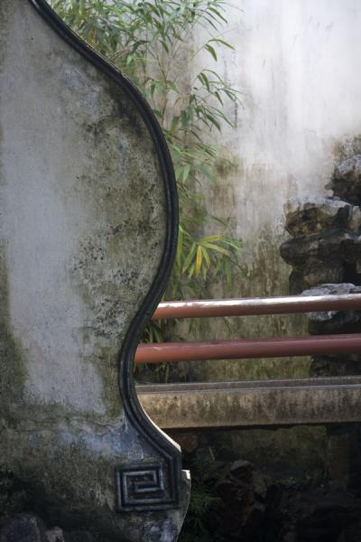 Curved wall with bridge in the background in Yuyuan Garden | Yuyuan Garden | China