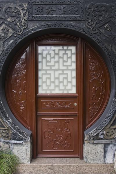 Picture of Yuyuan Garden (China): Circular frame around a wooden door in Yuyuan Garden