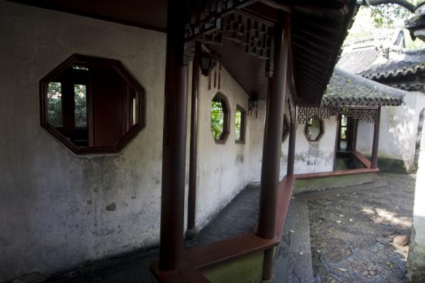 Double-lane corridor: wall with open windows and columns | Yuyuan Garden | China