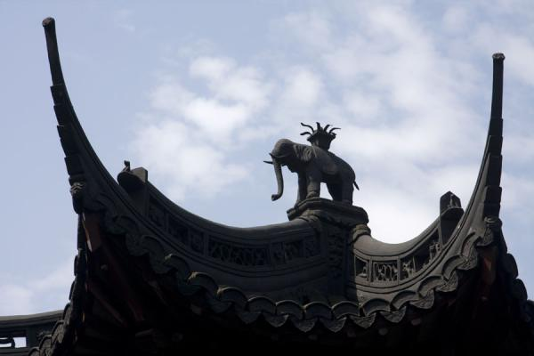 Picture of Yuyuan Garden (China): Detail of a roof: elephant between eaves