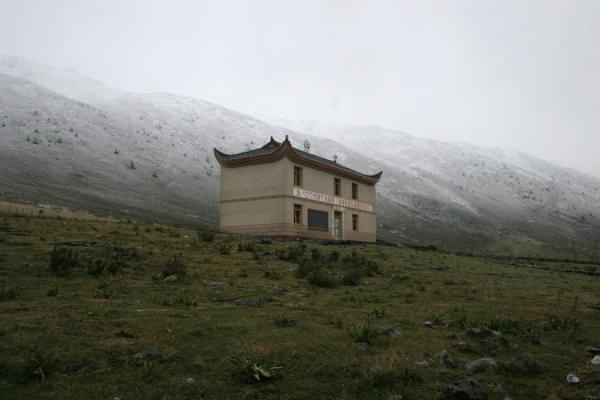 Picture of Zheduo pass (China): Tibetan house on our way to Zheduo pass