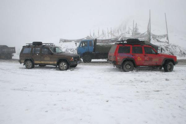 Cars in the snow at the top of Zheduo pass, 4200m | Zheduo pass | China