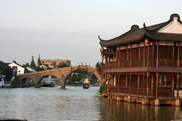 Foto van Typical house with Fangsheng bridge in the backgroundZhujiajiao - China