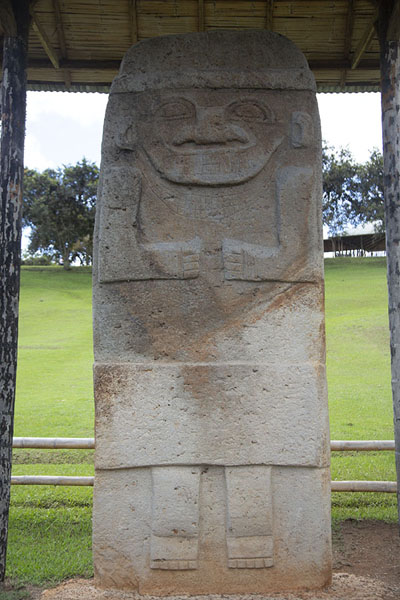 Foto van The tallest sculpture of Alto de los Ídolos, with marks indicating how it was partly buried in the groundIsnos - Colombia