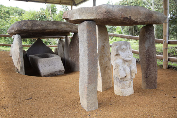 Photo de One of the tombs at Alto de los Ídolos with dolmen, statues, and a sarcophagusIsnos - Colombie
