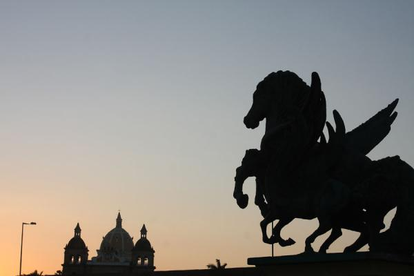 Photo de Colombie (Sunset over the cupola of San Pedro and a statue of Pegasus)