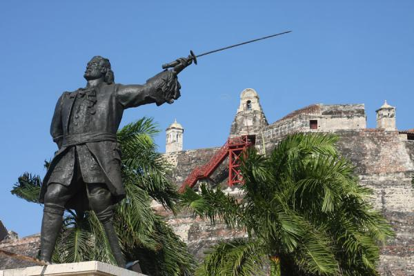 Picture of Castillo San Felipe de Barajas (Colombia): Fortress of San Felipe with a statue of hero Blas de Lezo in the foreground