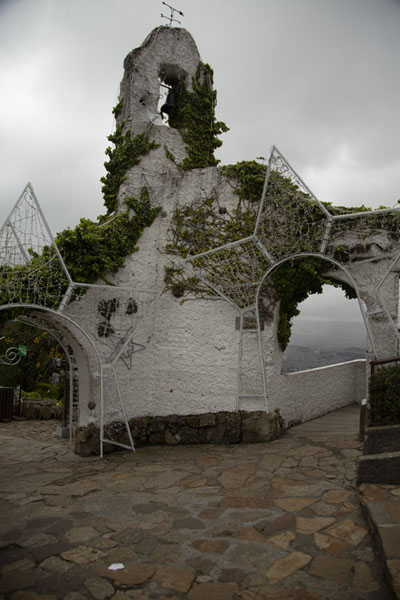 White tower with arches below the church on top of Monserrate mountain - 哥伦比亚 - 北美洲