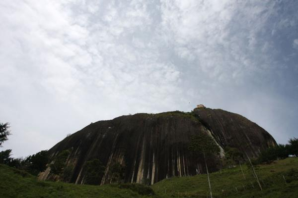 Picture of El Peñón de Guatapé (Colombia): El Peñón and clouds