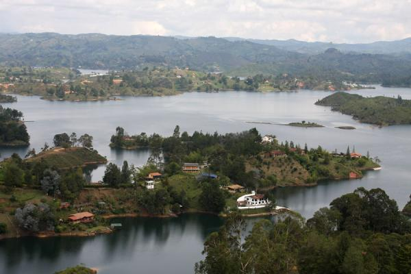 Picture of El Peñón de Guatapé (Colombia): Lakeside houses on Embalse del Peñol