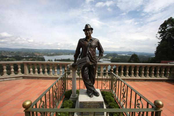 Statue of Luís Eduardo Villegas López, the first person to climb El Peñón | El Peñón de Guatapé | Colombia
