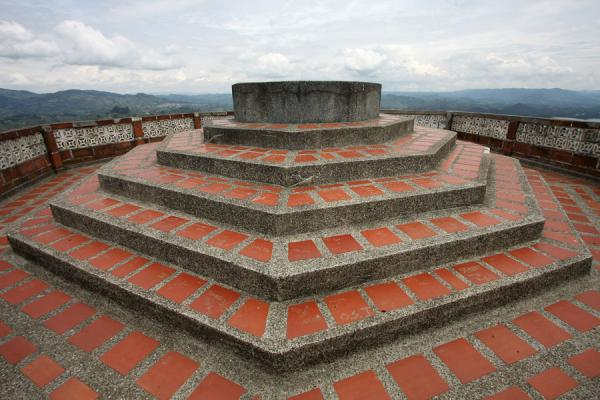 Picture of El Peñón de Guatapé (Colombia): Structure on top of the building on the summit of El Peñón