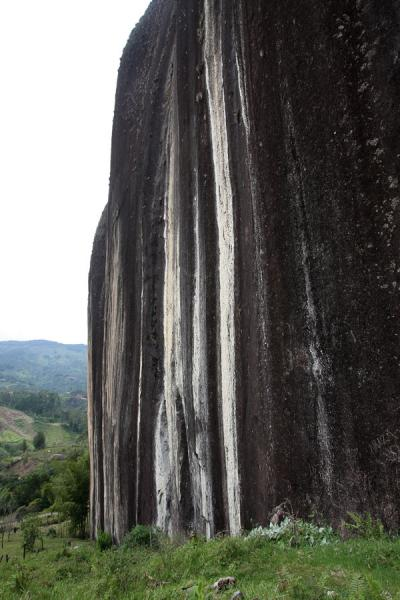 Side view of the enormous rock formation of El Peñón | El Peñón de Guatapé | Colombia