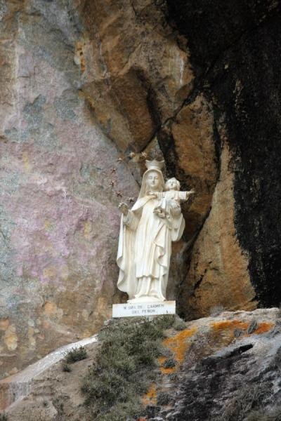 Picture of El Peñón de Guatapé (Colombia): Statue in a sheltered space in the rock formation of El Peñón