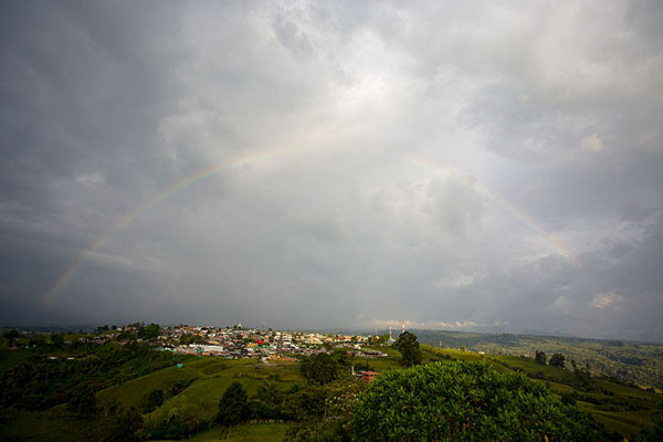 Rainbow over Filandia seen from the viewpoint to the south of the Quidío town - 哥伦比亚